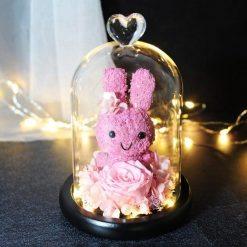 rose éternelle lumineuse sous cloche rose avec lapin