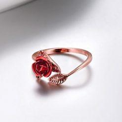 bague rose fleur couleur or rose avec rose rouge